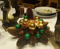 Wiązanka świąteczna na stole wigilijnym